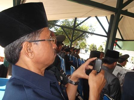 Ilustrasi. Memotret dengan Ponsel Juga Asyik Brow. (Foto: John Doddy Hidayat).