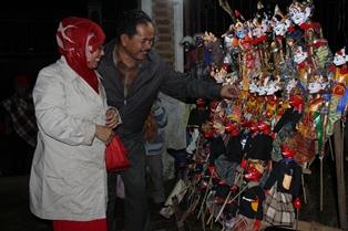 Eddy Muharam Bersama Istri Sangat Tertarik Boneka Wayang. (Foto: John Doddy Hidayat).
