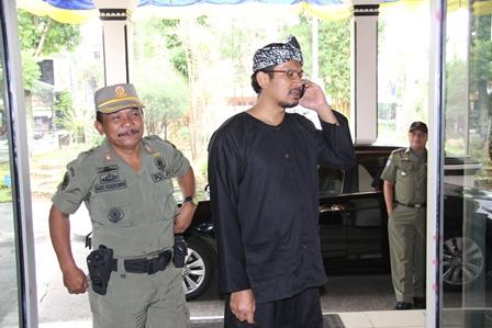 Wakil Bupati Garut, dr H. Helmi Budiman Konsisten Berbusana Adat Sunda, Didampingi Satpol-PP, Agus Hendrawan, Rabu (26/02-2014).