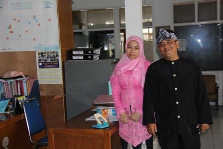 """Inilah Dua Pegawai Bappeda Garut, Berbusana """"Nyunda"""", Rabu (26/02-2014).."""