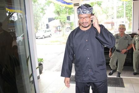 Wakil Bupati Helmi Budiman Berpakaian Adat Sunda, Rabu (26/02-2014). Foto: John Doddy Hidayat.