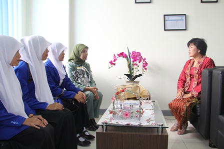 Menerima guru pembimbing, serta murid SMK Al Ghifari, Banyuresmi.