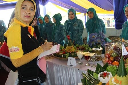 Ny. Rudy Gunawan, Istri Bupati Garut, Menilai Lomba Tumpeng di Situ Bagendit, Sabtu (22/02-2014).