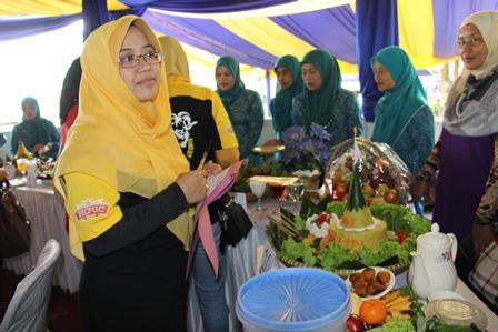 Ny. Helmi Budiman, Istri Wakil Bupoati Garut, Juga menilai Lomba Tumpeng.