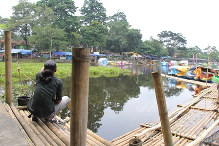 Asyik Memancing di Situ Bagendit, Sabtu (22/02-2014).