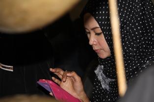 Pesinden Pagelaran Wayang Golek di Cisurupan. (Foto: John Doddy Hidayat).