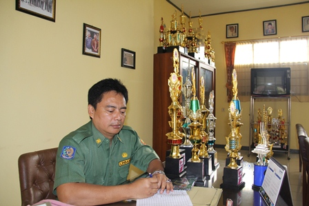 Yusuf Satria Gautama, Bersama Beragam Piala Prestasi Diraih SMPN 1 Cilawu. (Foto: John Doddy Hidayat).