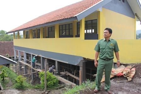Pembangunan Sejumlah Ruang Kelas Baru Berpondasi Beton Bertulang Dua Lantai. (Foto: John Doddy Hidayat).