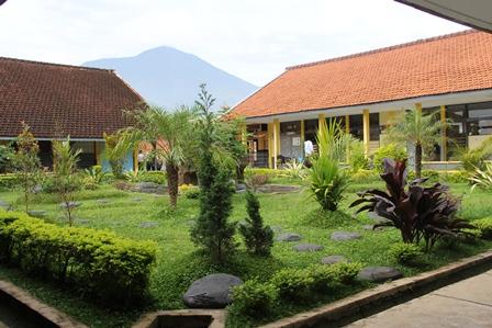 Taman Asri, Salah Satu Fasilitas SMPN 1 Cilawu. (Foto: John Doddy Hidayat).