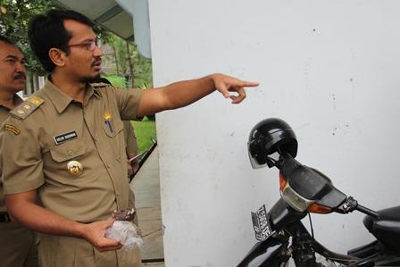 Helmi Budiman Kesulitan Temukan Tempat Pembuangan Sampah Pada Dinas SDAP. (Foto: John Doddy Hidayat).