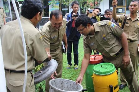 Wakil Bupati Periksa Kondisi Tempat Sampah Pada Dinas Kesehatan. (Foto: John Doddy Hidayat).