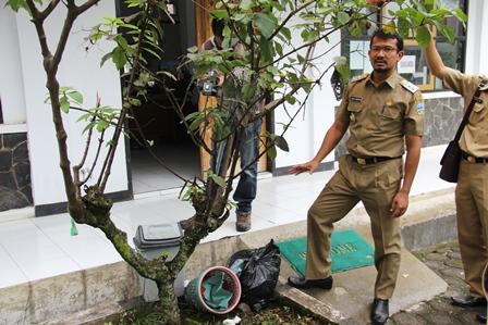 Wakil Bupati Kritisi Pola Penanganan Sampah Seperti Ini di Lingkungan Dinas Kesehatan Garut. (Foto: John Doddy Hidayat).