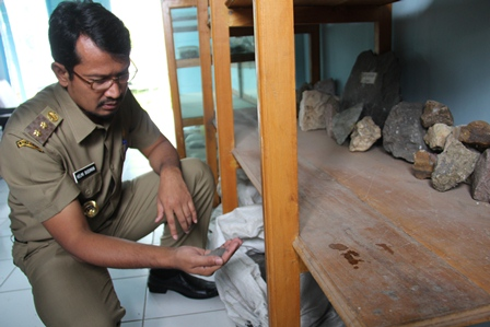 Wakil Bupati Helmi Budiman, Telisik Kualitas Pasir Besi Garut. (Foto: John Doddy Hidayat).