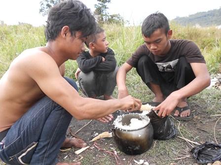Pengunjung Berkemah di Talaga Bodas. (Foto: John Doddy Hidayat).