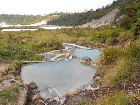 Sumber Air Panas Berkandungan Belerang Tinggi di Talaga Bodas. (Foto: John Doddy Hidayat).