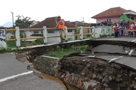 Ilustrasi. Jembatan Ambruk. (Foto: John DH).