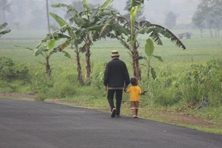 Ilustrasi. Mengasuh Cucu Lebih Baik, Daripada Dibawa Kampanye. (Foto: John Doddy Hidayat).