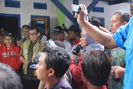 Mensos Resmikan Hasil Kegiatan Bedah Kampung di Garut, Kamis (13/03-2014). Foto: John Doddy Hidayat.