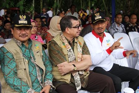 Mensos Berdialog dengan Bupati dan Wakil Bupati Garut. (Foto: John Doddy Hidayat).