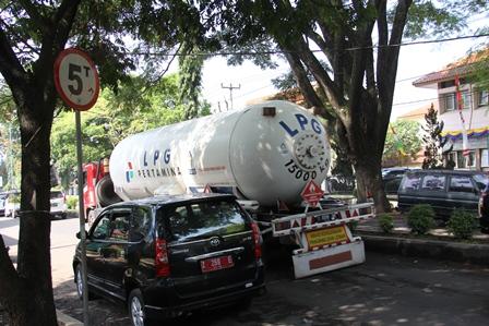 Kondisi Lintasan Ruas Badan Jalan Pembangunan Garut, Jabar, Berkapasitas Lima Ton, Selama Ini Kerap Dilintasi Moda Angkutan Berkapasitas 15 Ton. (Foto: John Doddy Hidayat).