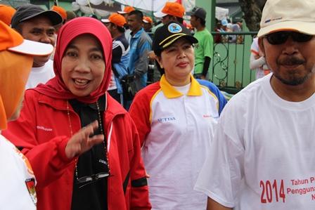 Kepala BNN Kabupaten Garut, AKBP Widayati Ikut Serta Gerak Jalan Sehat, Ahad (09/03-2014).