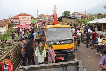Masih Menjadi Arena Tontonan Penduduk Berdatangan Dari Pelbagai Pelosok. Selasa (04/03-2014). Foto: John Doddy Hidayat.