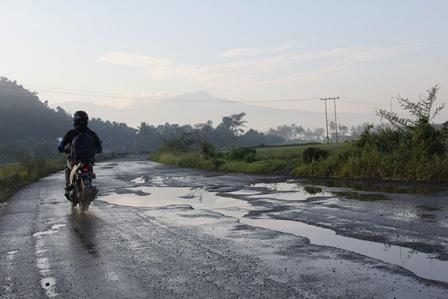 Ruas jalan baru di Garut, kian banyak berlubang bahkan sarat genangan air.