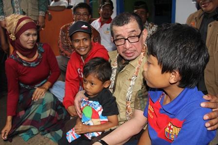 Menteri Sosial, Dr H. Salim Segaf Al-Jufri Berdialog Dengan Keluarga Eman Sulaeman, Salah Satu Penerima Manfaat Bedah Kampung di Kecamatan Karangpawitan, Garut, Kamis (13/03-2014). Foto: John Doddy Hidayat.
