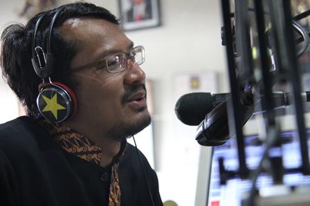 Wakil Bupati Helmi Budiman, Berinteraktif Melalui Radio Penyiaran, Rabu (05/03). Foto : John Doddy Hidayat.