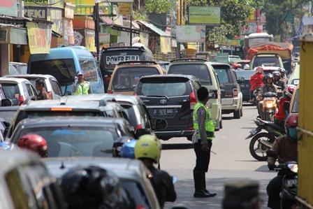 Lintasan Bundaran Tarogong Garut, Dikepung Kemacetan Lalulintas.