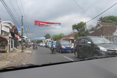 Antrian Panjang Dari Arah Tasikmalaya Memasuki Kota Garut, Senin (31/03-2014).