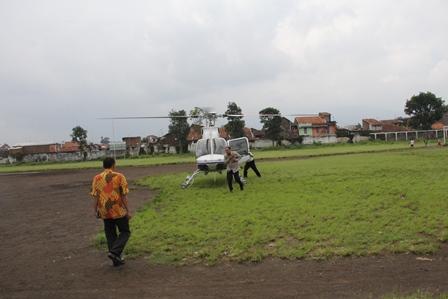 Kunjungan Kerja Menpera di Garut dan Tasikmalaya Menggunakan Helikopter. (Foto: John Doddy Hidayat).