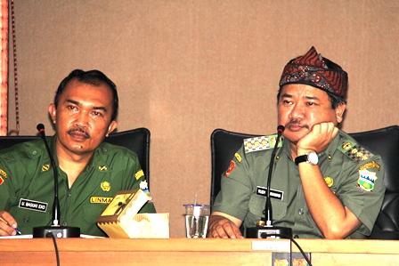 Bupati Rudy Gunawan Merenung, Didampingi Kabag Informatika. (Foto: John Doddy Hidayat).