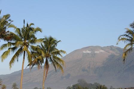 Ilustrasi. Merenung Seperti Gunung. (Foto : John Doddy Hidayat).