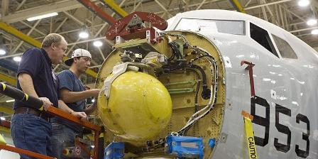 Petugas melakukan instalasi radar AN/APY-10 produksi Raytheon Co pada hidung pesawat P-8 Poseidon. (key.aero).