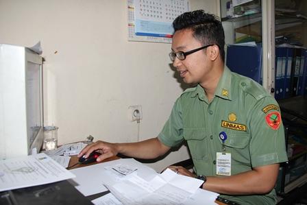 Personil Puskesmas DTP Tarogong Penguat Tugas Administraif. (Foto: John Doddy Hidayat).