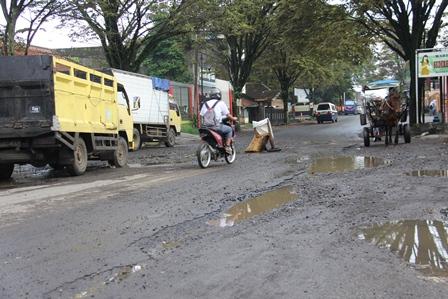 Kondisi Kerusakan Jalan Pada Lintasan Terminal Guntur, Garut. Jum'at (08/03-2014).Foto: John Doddy Hidayat.