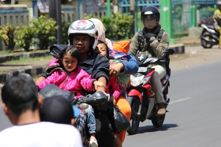 Ilustrasi. Sepeda Motor Ini Dinaiki Empat Penumpang Juga sarat Barang Bawaan Ketika Melintas di Balubur Limbangan, Garut, Ahad (02/03-2014), Terjadi Pada Era Reformasi. (Foto: John Doddy Hidayat).