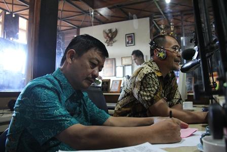 Dr Atamimi Beserta Uung Gumilar, MM Berinteraktif Melalui Radio Penyiaran. (Foto: John Doddy Hidayat).