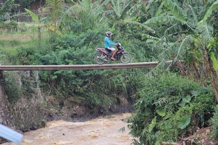 Miris Saksikan Kondisi Infrastruktur di Kabupaten Garut, Jabar, Senin (03/03-2014). Foto: John Doddy Hidayat.