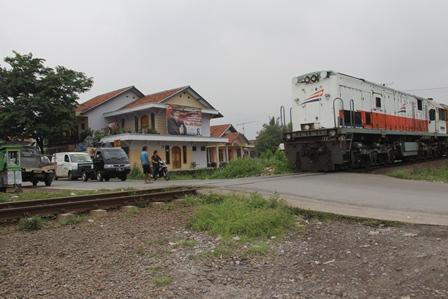 Selama Ini Lintasan jalan Alternatif Tersebut Memotong Jalur KA Tak Berpintu. (Senin, 09/03-2014). Foto: John Doddy Hidayat).