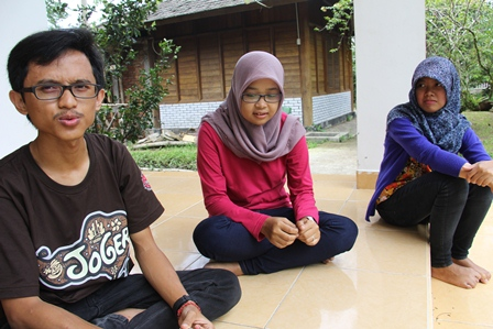 Tiga Mahasiswa IPB Lakukan Penelitian di Taman satwa Cikembulan. (Foto: John Doddy Hidayat).