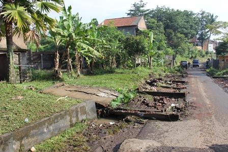 Bentangan Dinding Tembok Jebol Tergerus Luapan Air. (Foto: John Doddy Hidayat).