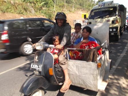 Sarat penumpang dan Bawaan, Lintasi Tutugan Leles Garut, Jawa Barat.