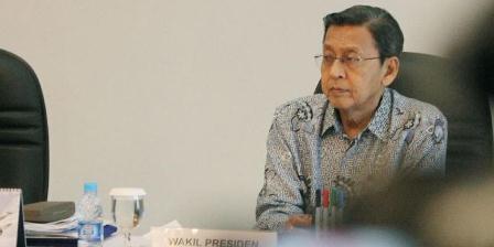 Wakil Presiden Boediono mendampingi Presiden Susilo Bambang Yudhoyono (tidak tampak) memimpin rapat terbatas terkait harga gas elpiji di Pangkalan TNI Angkatan Udara Halim Perdanakusuma, Jakarta Timur, Minggu (5/1/2014). TRIBUNNEWS/HERUDIN