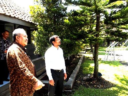 Kepala SMAN 1 Garut, Menjelaskan Penataan Lingkungan pada Wabup Helmi Budiman. (John).