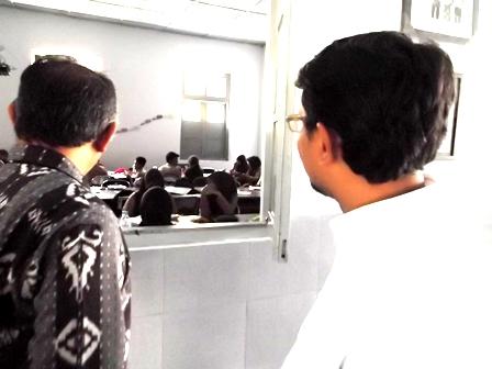 Wakil Bupati Mengintip Proses Belajar Mengajar SMAN 1 Garut. (Foto: John).