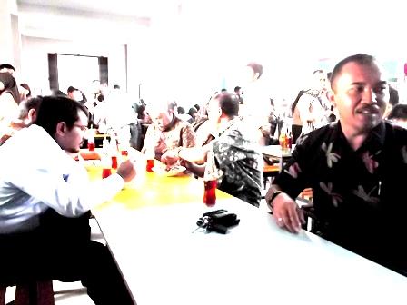 Wakil Bupati Antara Lain Bersama Kabag Informatika, Nikmati Hidangan pada Kantin Kampus SMAN 1 Garut. (Foto: John).