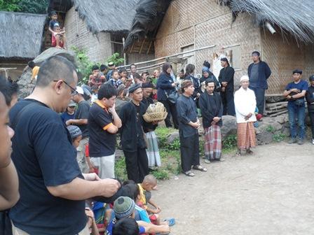 Tokoh Muda Warga Adat Kampung Dukuh, Yayan Bersama Tetua Adat Setempat, Apresiatif Sambut Bhakti Yahintara.