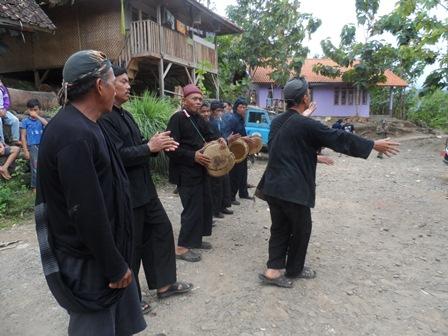 Semarak dan Khidmat Sambutan Upacara Adat Kampung Dukuh.